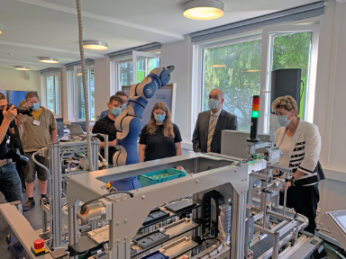 Bundesrat Parmelin besucht Cyber-Physical-System-Lab (CPS-Lab) in Uster
